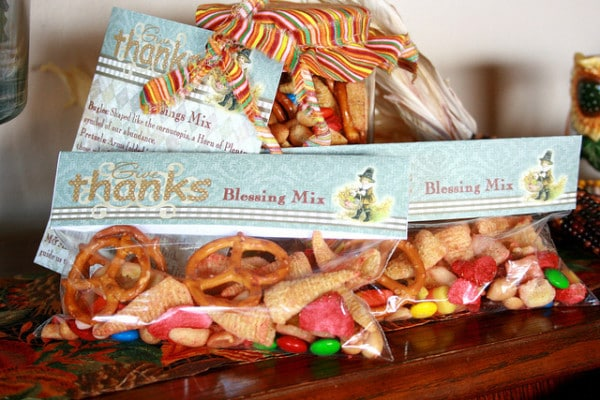 Thanksgiving Blessing mix to gift to family and friends. Each item in the mix represents part of the Thanksgiving story!