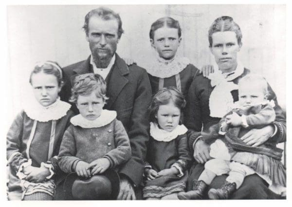 Minnie Mable Lindsay (littel girl far left) with family. Parents are James Lindsay and Agnes Watson (3rd great-grandparents)